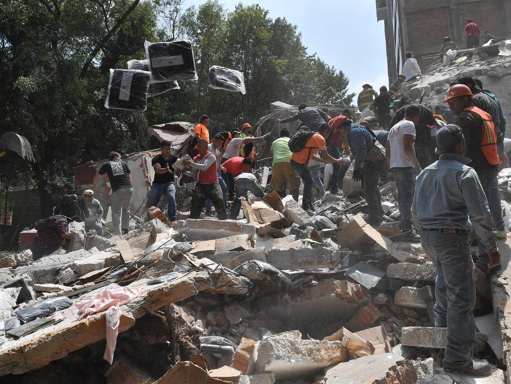 Peña visita hospital de Balbuena; se reúne con lesionados por sismo