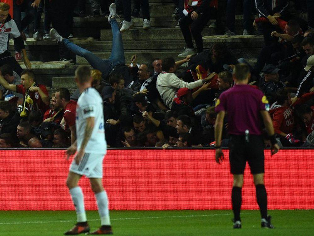 Decenas de heridos que cayeron en la celebración de un gol